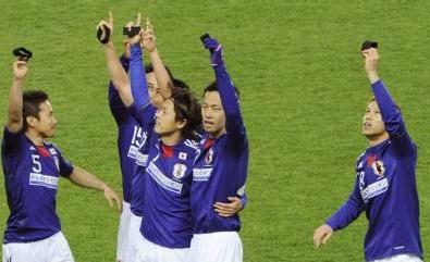 20110329サッカー(復興支援チャリティマッチ)日本代表VSJリーグ選抜ゴール喪章.JPG