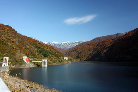 20101108_アクアリム(紅葉)紅葉と雪山とダム1.JPG