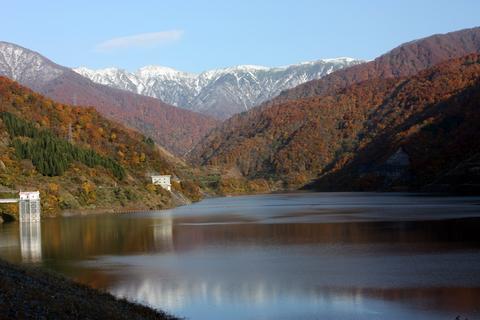 20101108_アクアリム(紅葉)紅葉と雪山とダム2.JPG