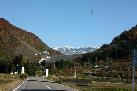 20101108_アクアリム(紅葉)紅葉と雪山三国川ダム.JPG