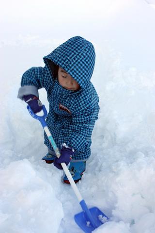 20101227アクアリウム(冬)雪遊びスコップ雪堀り息子.JPG