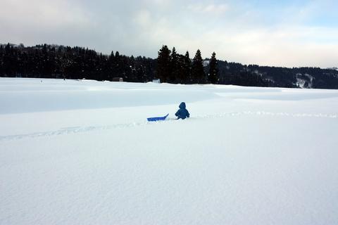 20101227アクアリウム(冬)雪遊びソリ雪中行軍息子.JPG
