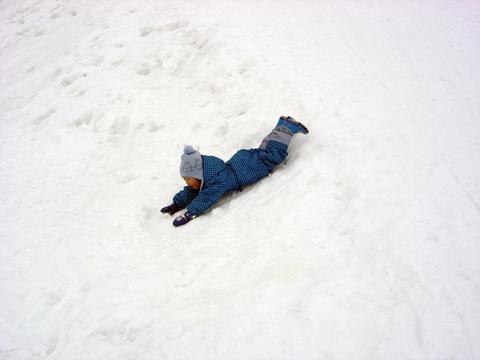 20110215アクアリウム(冬新潟豪雪)スキー場で雪遊びソリ.JPG