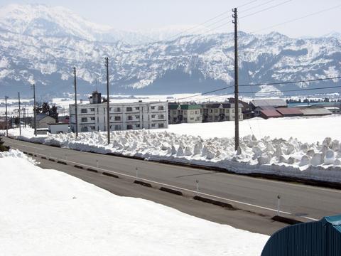 20110414新潟(春雪解け)道端の残雪の除雪.JPG